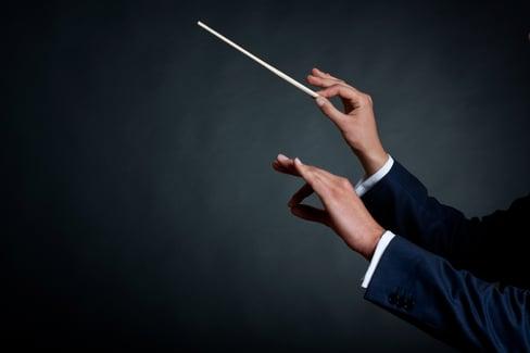 Mani che dirigono orchestra